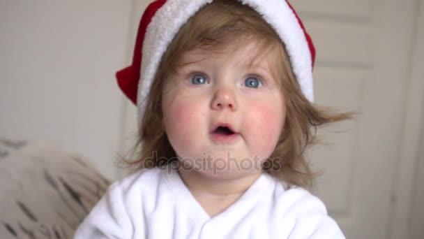 Baby-Mädchen mit Weihnachtsmann-Mütze