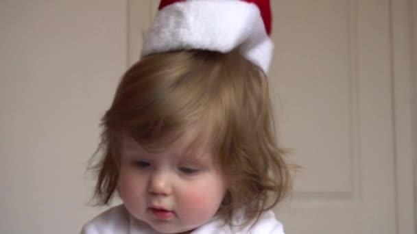 Holčička v Santa Claus červená čepice, klobouk