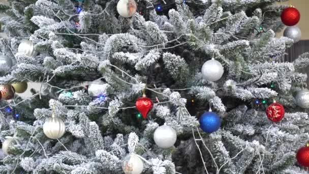 Pohled na vánoční stromek s barevnými hračkami