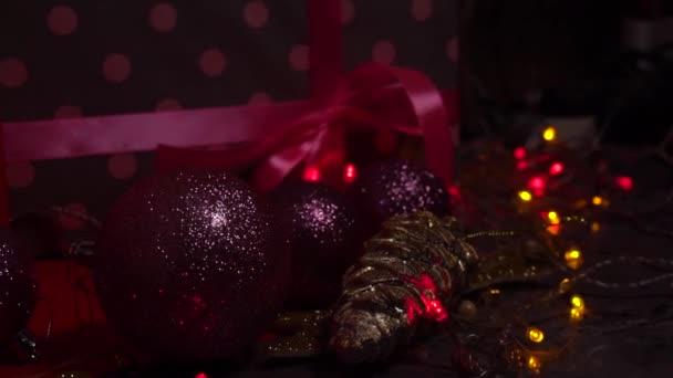Vista ravvicinata su giocattoli e decorazioni dellalbero di Natale