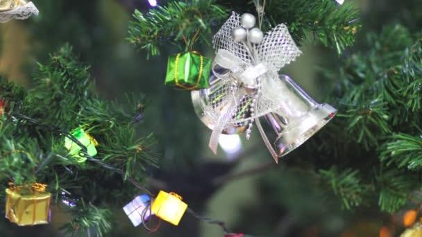 Pohled na vánoční stromeček a hračky a podepsat šťastný nový rok