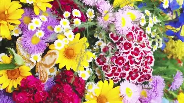 Točící se záběry kytice barevných květin
