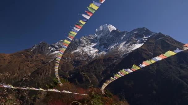 Starker Wind weht gegen bunte Fahnen im Himalaya-Gebirge, Nepal. Diese Flaggen enthalten Texte buddhistischer Schriften und Gebete. 4k