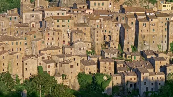 Sorano, Olaszország. Kilátás épületek és házak ebben a középkori dombos város épült egy fából készült kő. Délutáni napsütés. Döntetlen, 4k