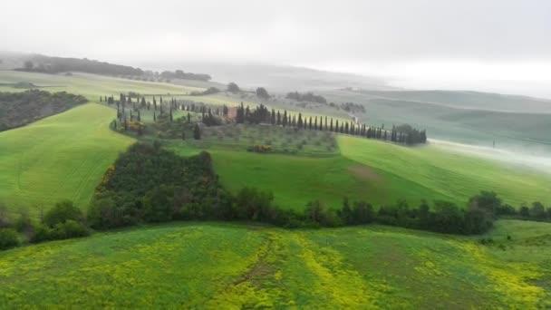 Klasický toskánský zelený kopec pohled během mlhy na jaře. Letecký snímek