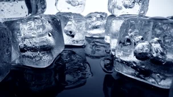 Kamera entfernt sich vom Schmelzen von Eiswürfeln mit Blasen. Abstrakte Nahaufnahme, 4K