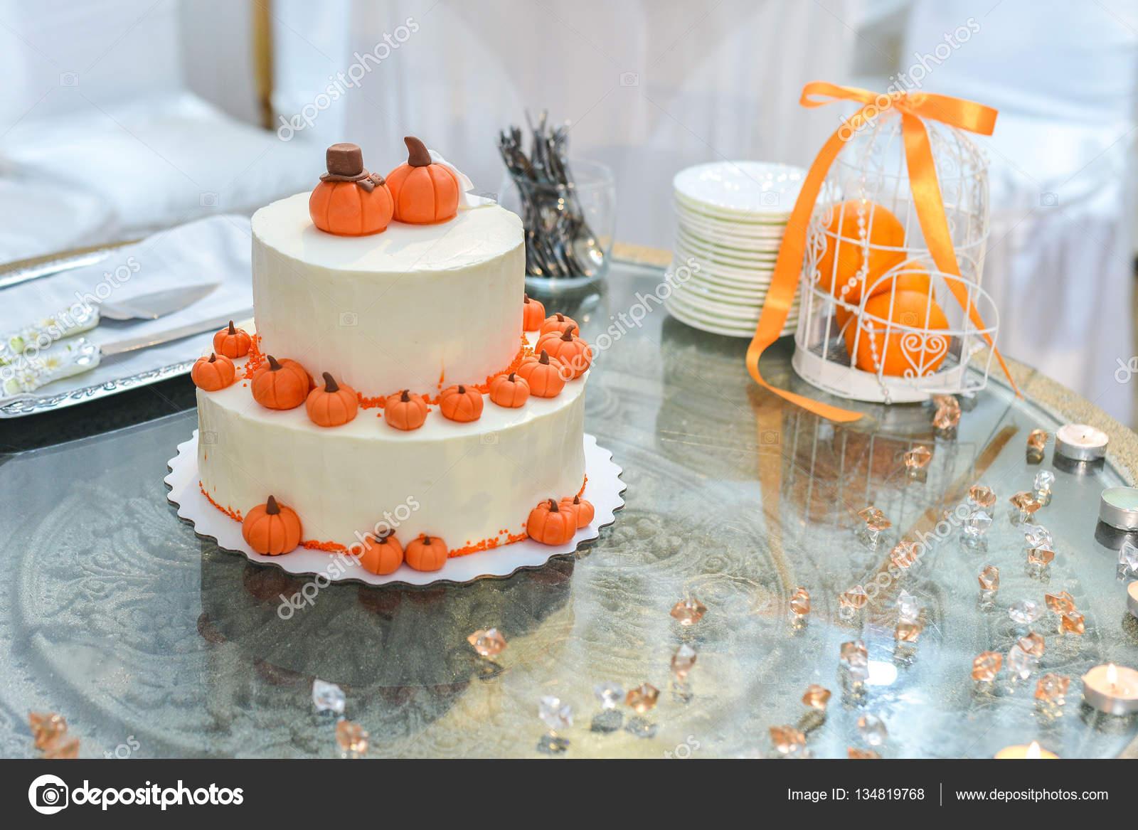Hochzeitstorte Mit Roten Rosen Orange Stockfoto C Alex S 134819768