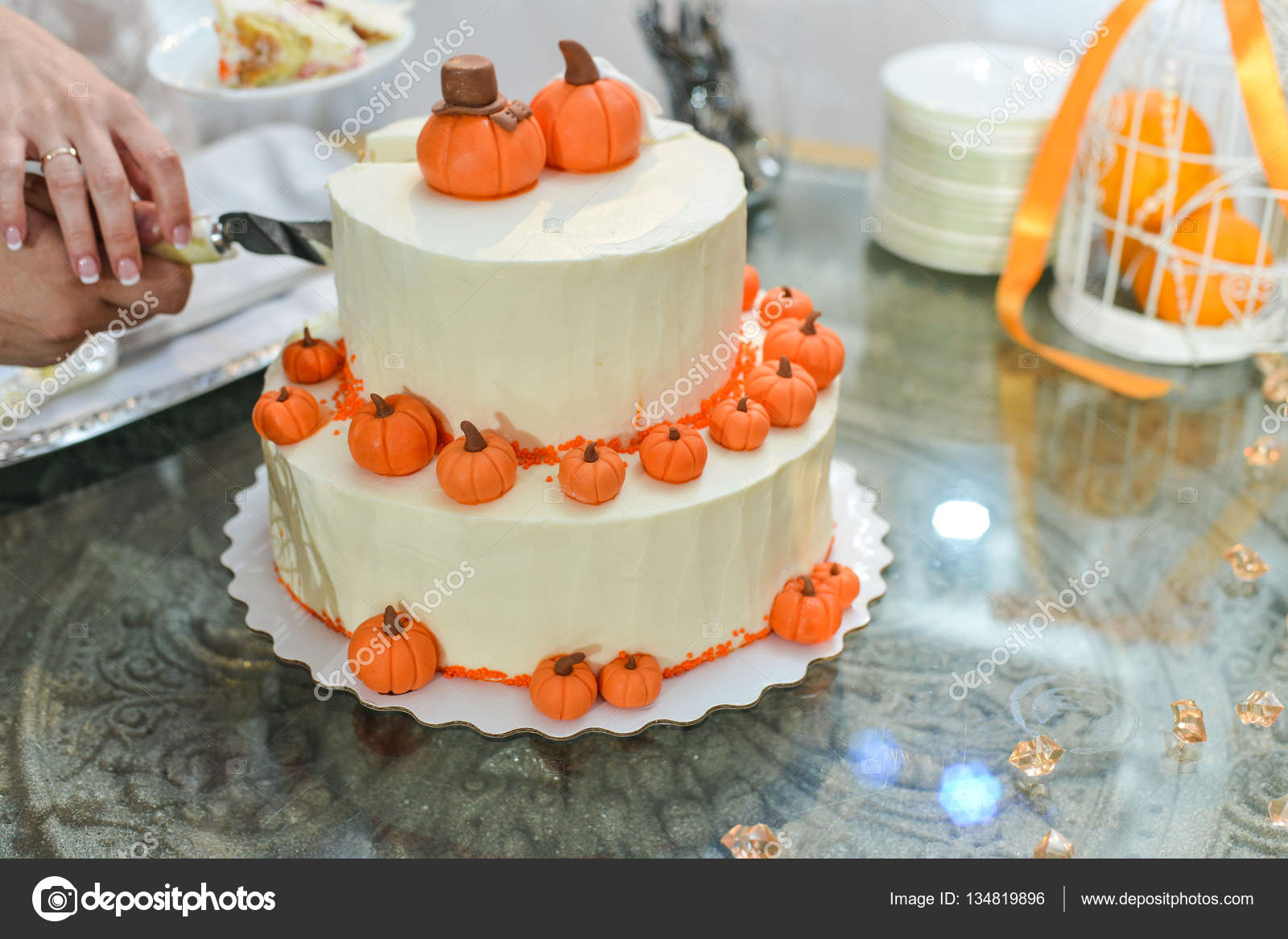 Hochzeitstorte Mit Roten Rosen Orange Stockfoto C Alex S 134819896