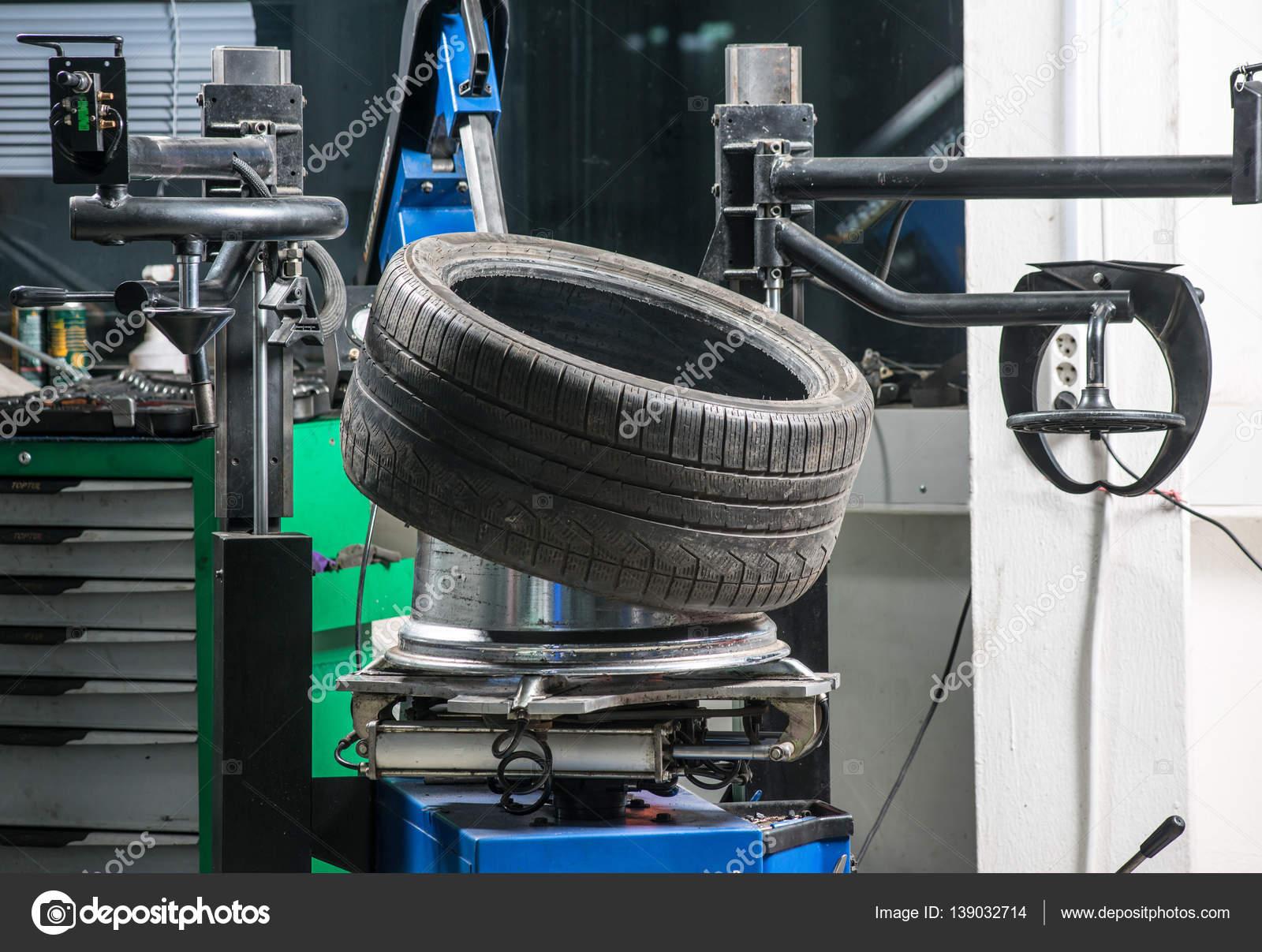 In Einer Garage Rader Reifen Wechseln Stockfoto C Alex S 139032714