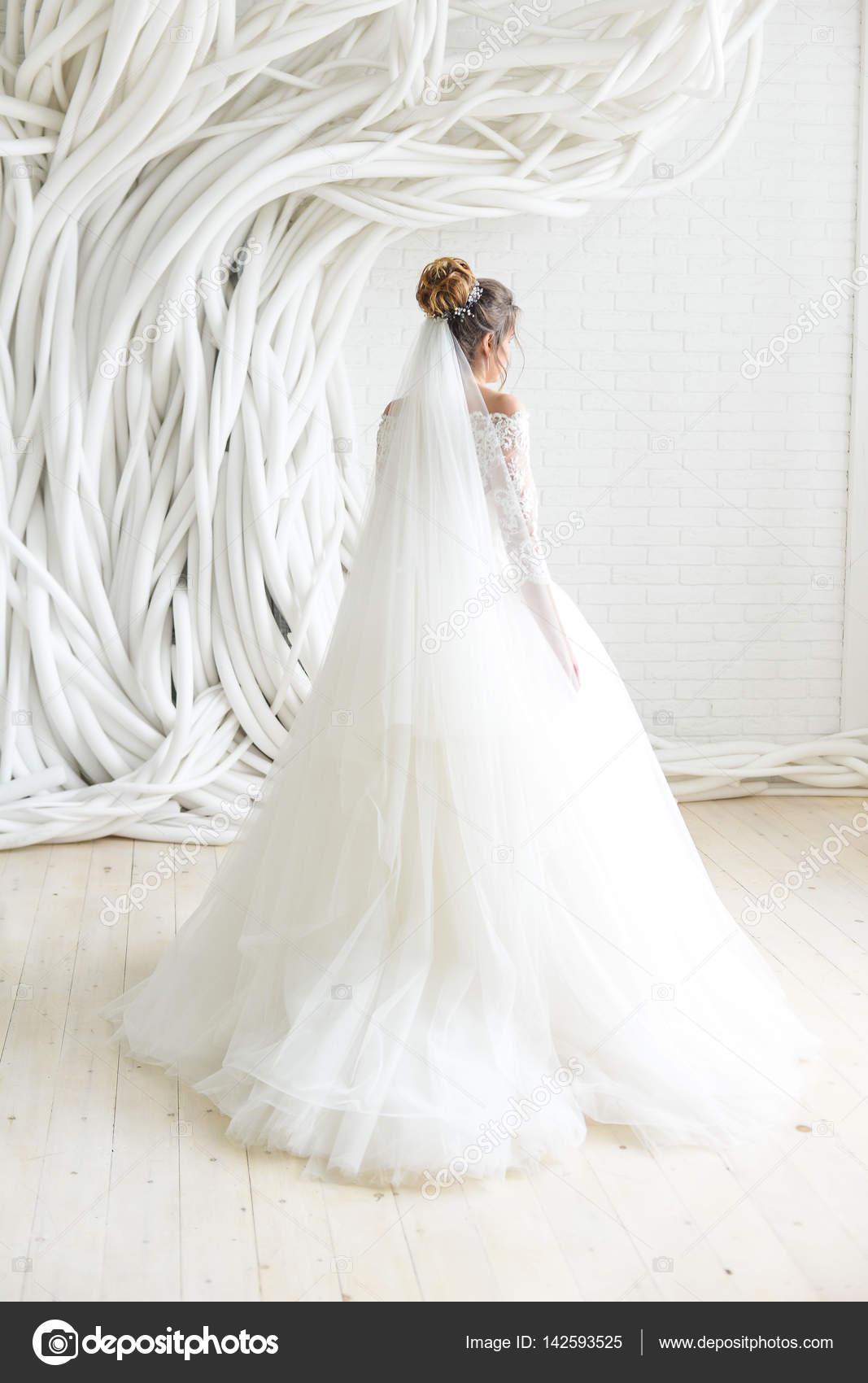 Vestido de novia en la sala blanca — Foto de stock © Alex.S. #142593525