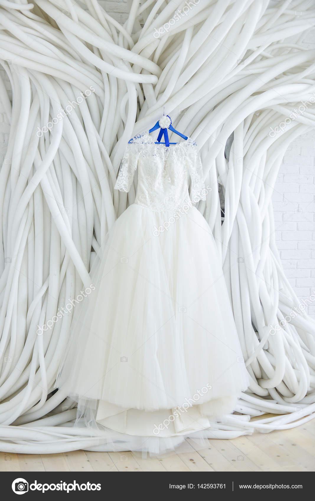 Vestido de novia en la sala blanca — Fotos de Stock © Alex.S. #142593761