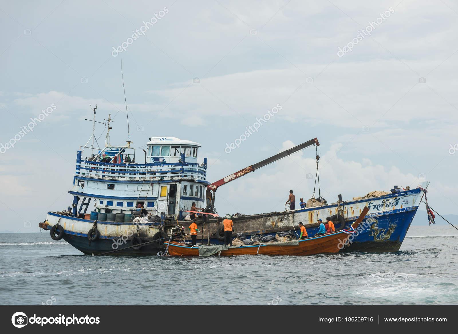 Grote Houten Boot.Gekleurde Vissersboot Vlakbij De Pier En Een Klein Houten Bootje