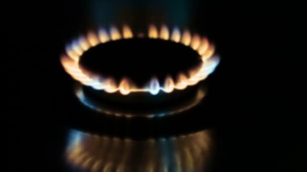 die brennende Fackel auf dem Gasherd