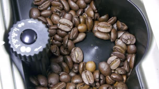 kávové zrna jsou vyfrézované do kávovaru pro přípravu voňavé kávy