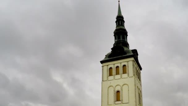 Pohled na Tallinn, střechy domů, kostel sv. Mikuláše