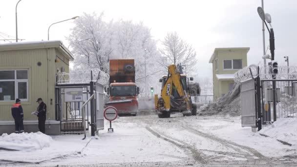 St. Petersburg, 10. února: podnik pro zpracování sněhu. Provoz strojů a traktorů na 10 února, 2016 v Petrohradu, Rusko