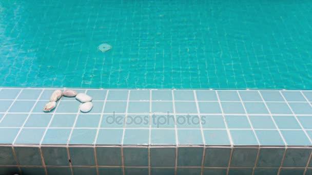 Nápis fond je vystrojena oblázek na bazénu, stop-motion