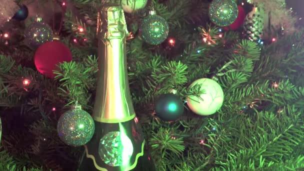 Új alkalmas üveg pezsgővel, a háttérben a díszítik a játékok és a fenyő-karácsonyfa füzér