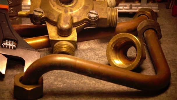 Část plynového kotle, vodní armatury a nastavitelný matkový klíč a Kovovýroba nastavitelný klíč
