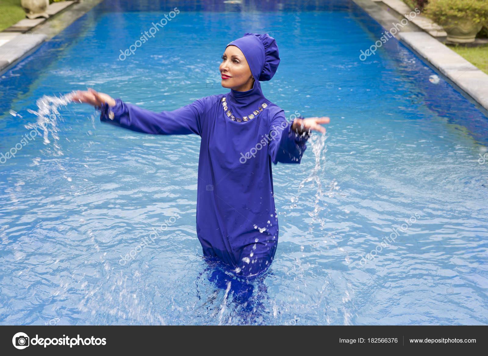 jolie femme dans maillot bain musulman burkini clabousse eau dans photographie kkulikov. Black Bedroom Furniture Sets. Home Design Ideas