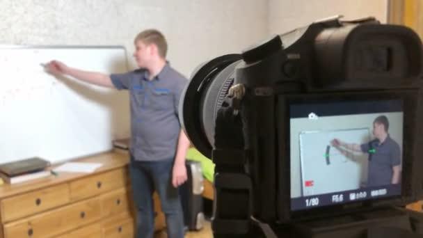 Fernunterricht für Schüler, ein junger moderner Lehrer leitet Online-Unterricht für Schüler, die während der Quarantäne das Internet nutzen, und unterrichtet Kinder