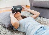 virtuální realita brýle žena domácí
