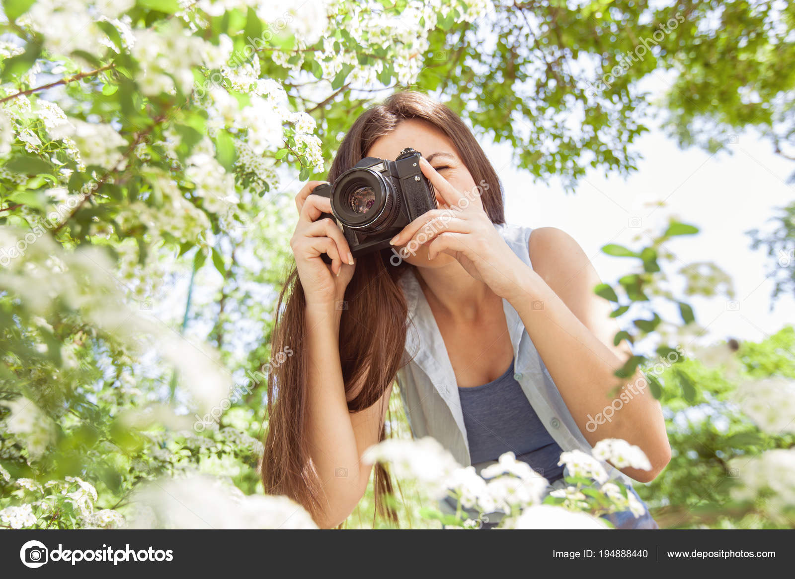 Female amateur photographer taking photo of flower with retro old camera in  summer park at beautiful sunny day — Photo by MitaStockImages