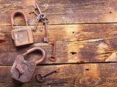Fotografie staré rezavé zámky a klíče