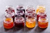 Fényképek különböző edényben a gyümölcs lekvárral