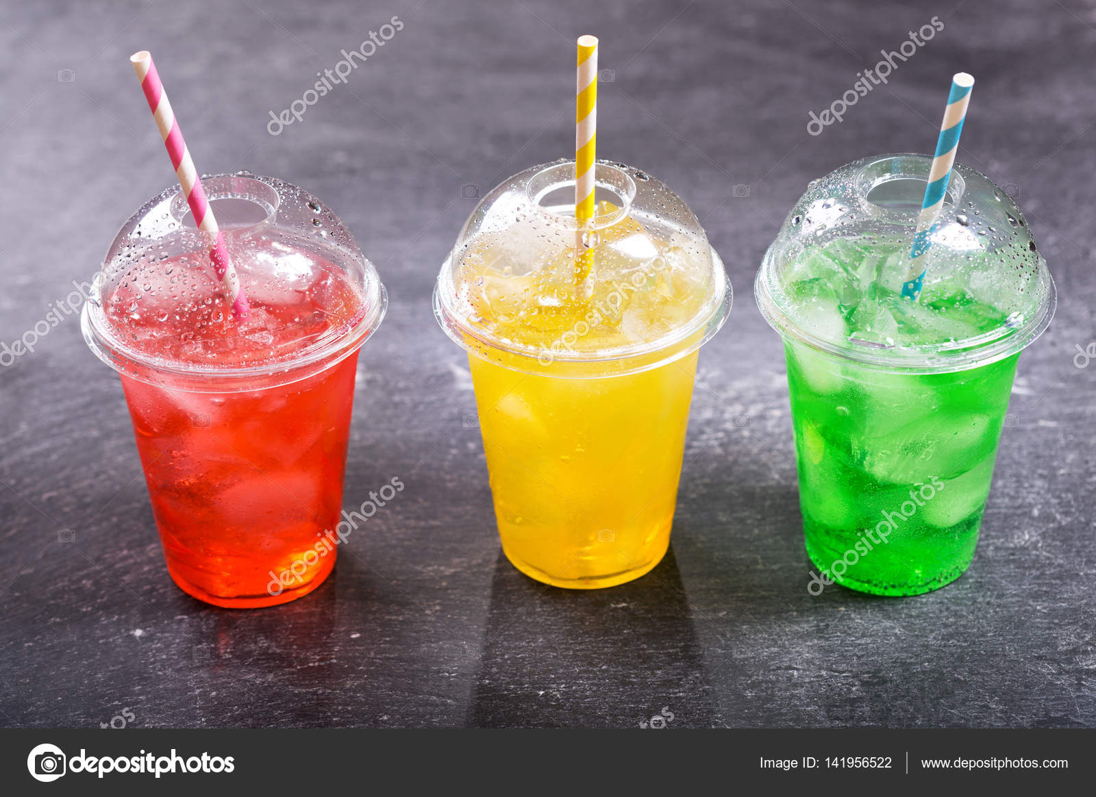 bunte kalte Getränke in Plastikbechern — Stockfoto © Nitrub #141956522