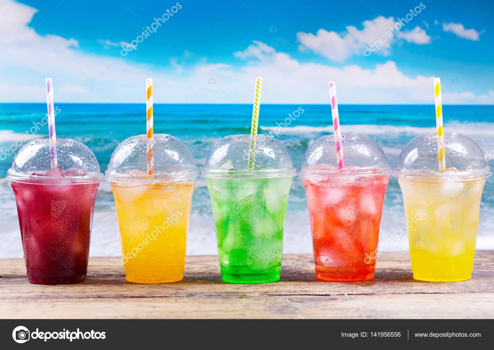 bunte kalte Getränke im Plastikbecher am Strand — Stockfoto © Nitrub ...