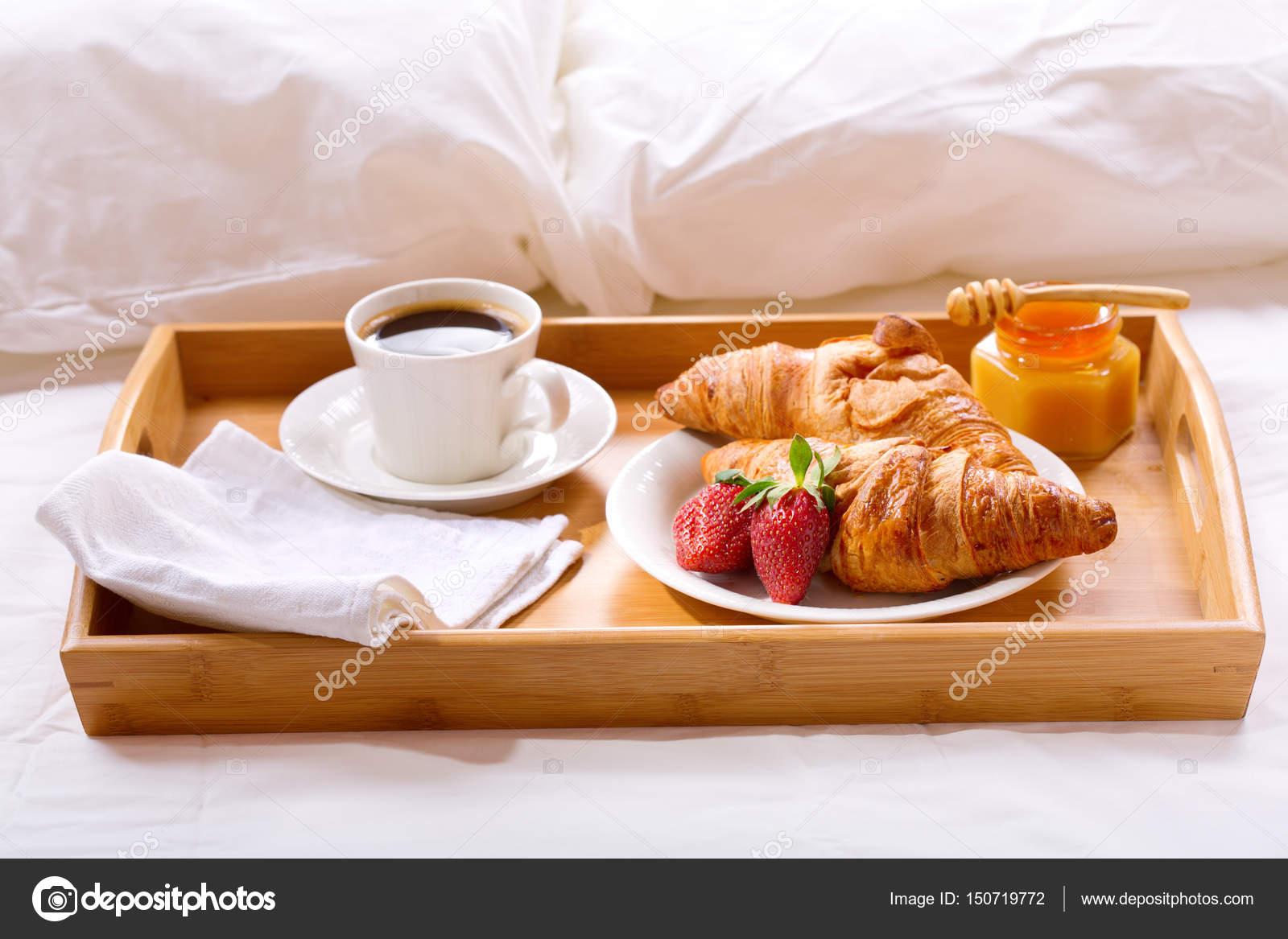 Taca śniadaniowa Serwowane W łóżku Zdjęcie Stockowe