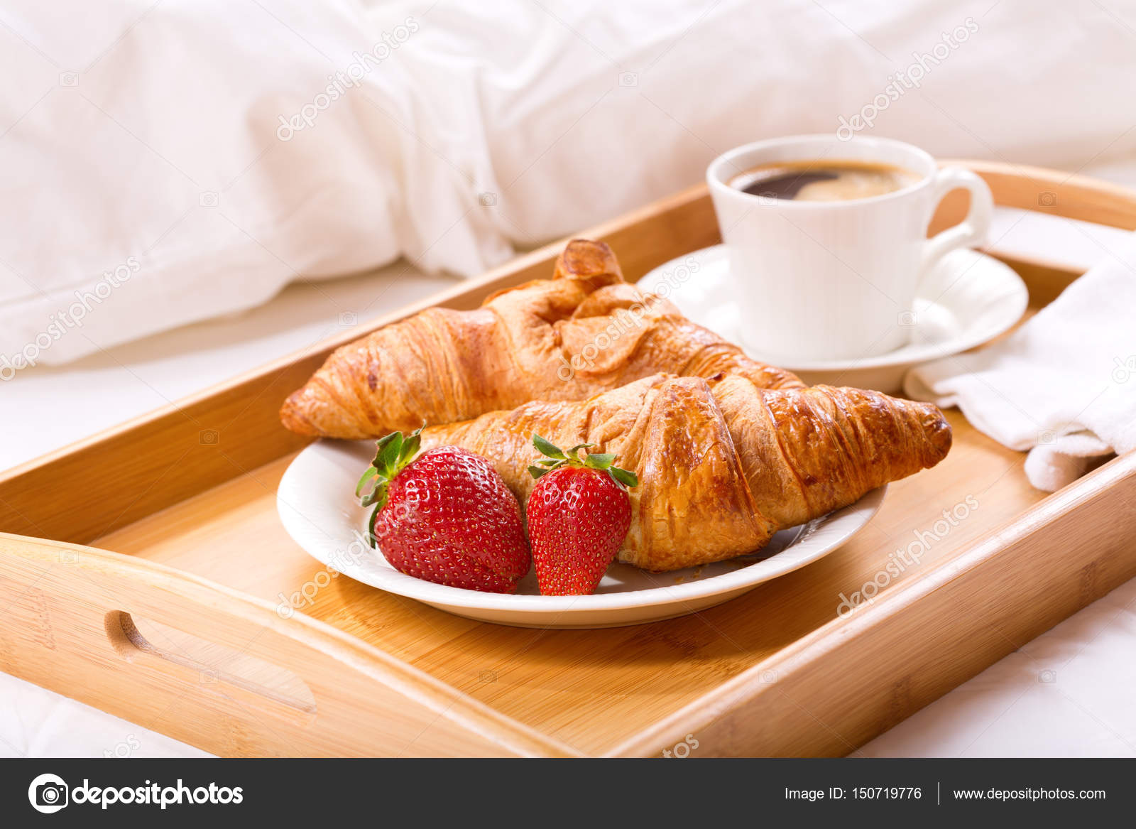 Frühstückstablett frühstückstablett ans bett serviert stockfoto nitrub 150719776