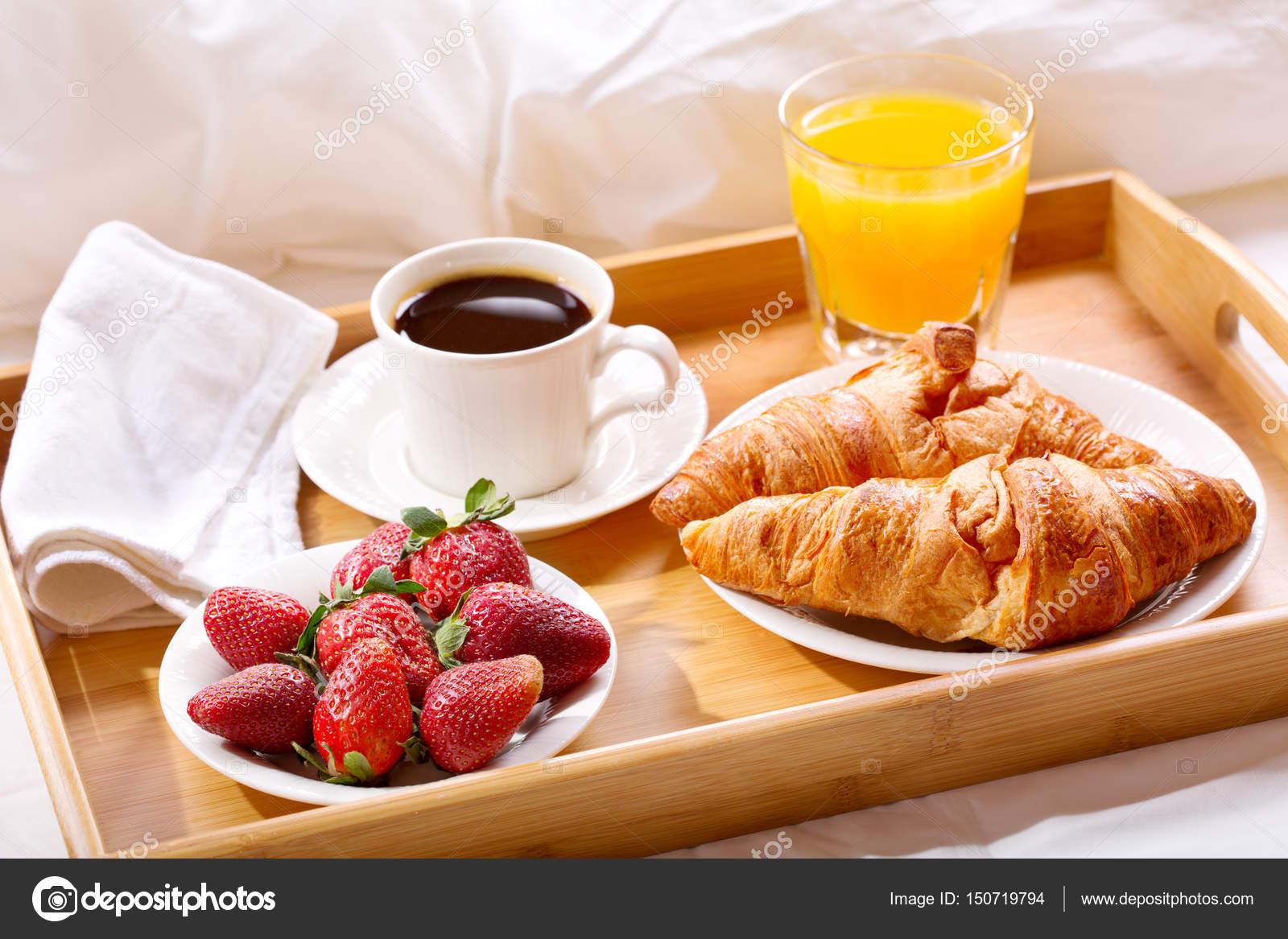 Vassoio della colazione servita a letto foto stock - Colazione a letto immagini ...