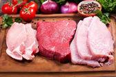 různá masa na dřevěném prkénku