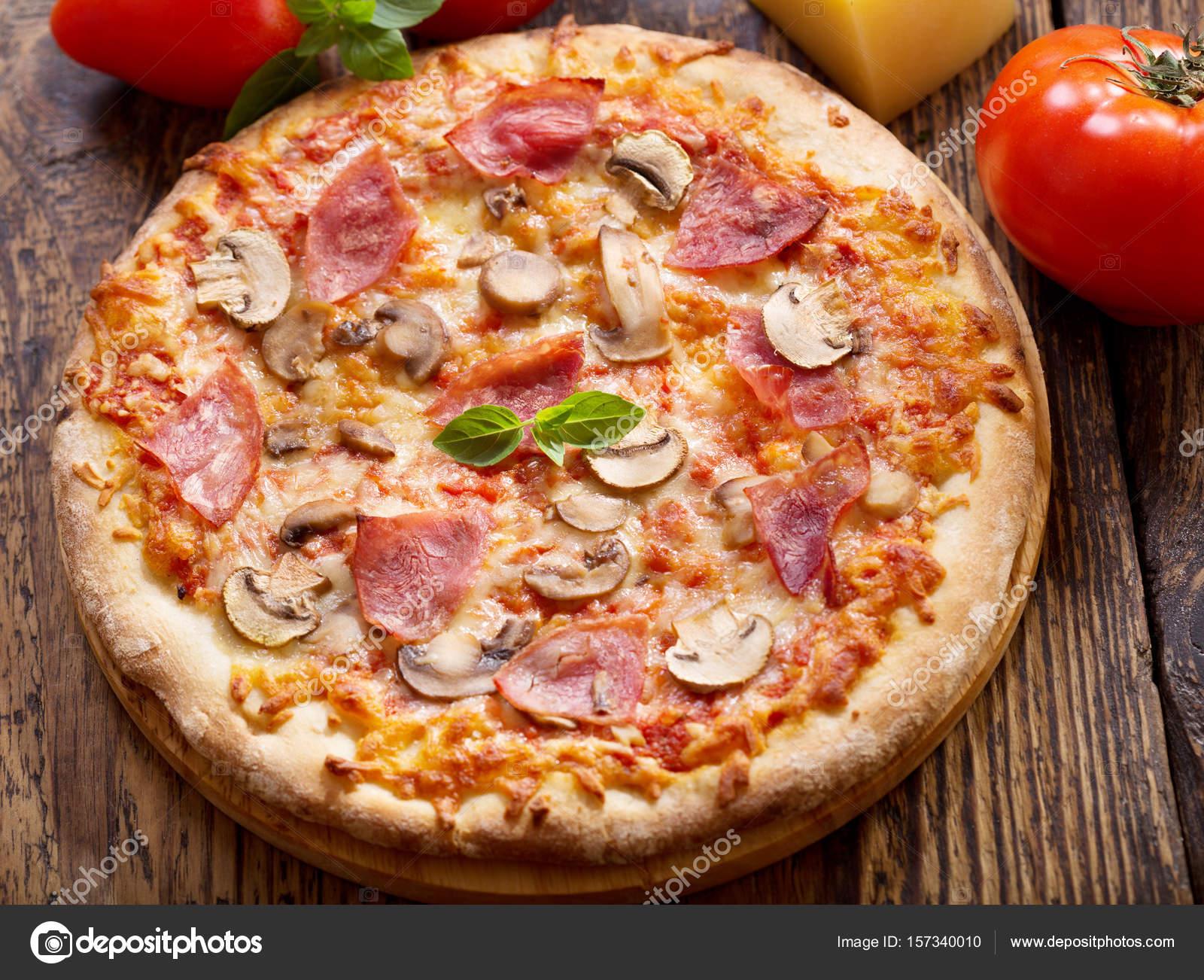 Pizza mit schinken salami und pilze stockfoto nitrub for En 3 pizzas te olvido