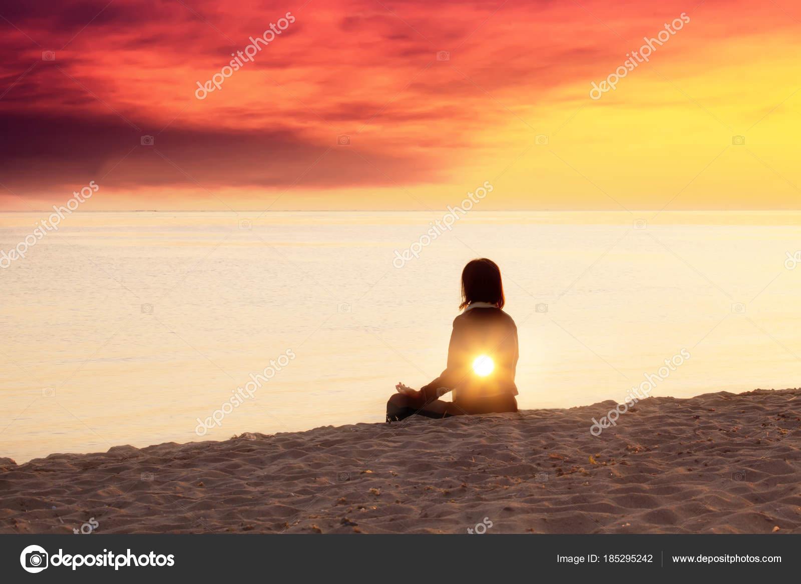 Jovem Mulher Est Fazendo Yoga Na Praia Conceito De Luz