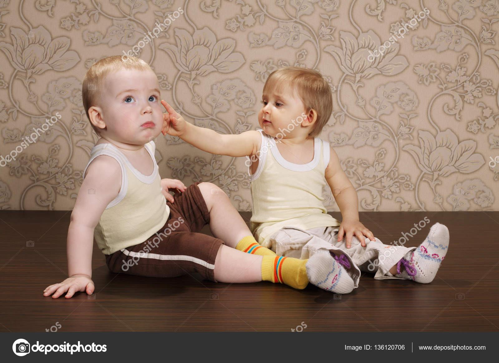 девочки трогают мальчиков