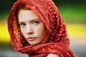 mladá žena venku portrét