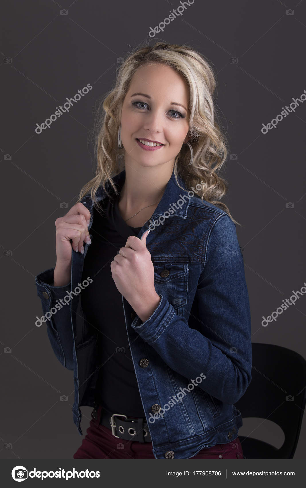 051fbb9e1246 Όμορφη ξανθιά γυναίκα στο σακάκι τζιν και μαύρη κορυφή στο σκοτάδι με  επιλεκτικό φωτισμό — Εικόνα από AOosthuizen. Βρείτε παρόμοιες εικόνες