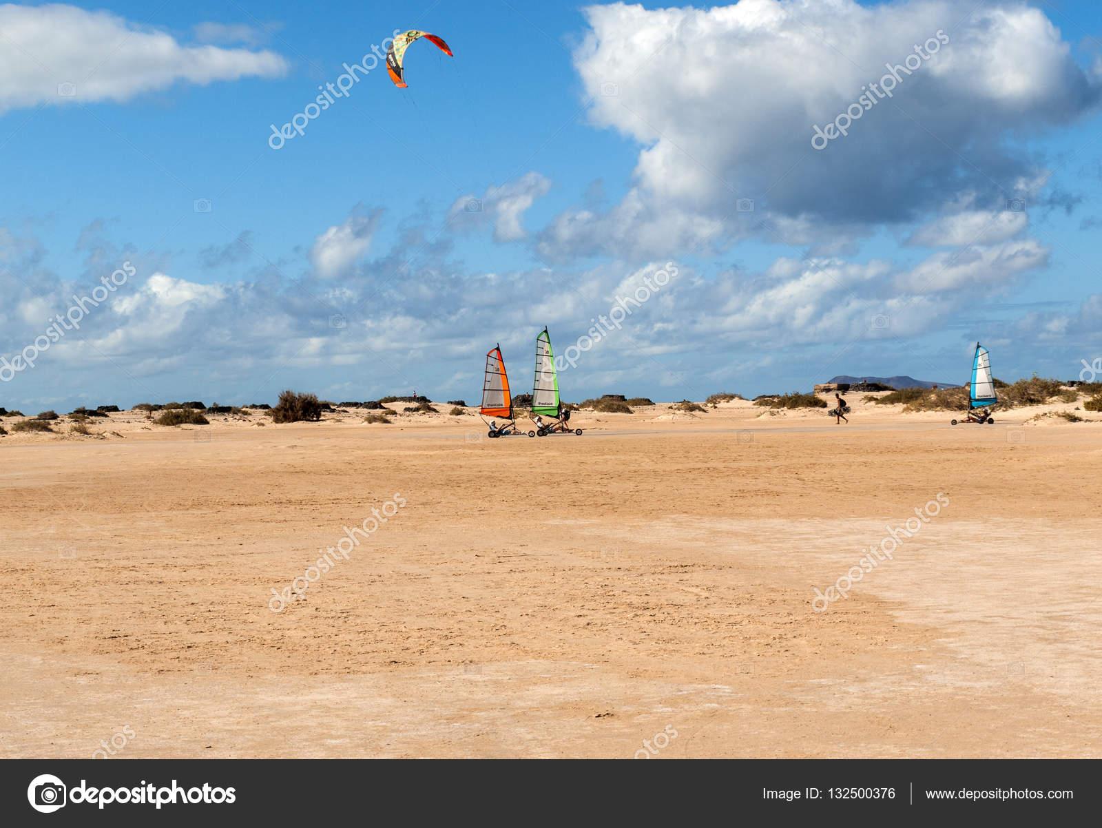 menschen fahren schmirgeln segeln am strand. sie sind lernen und