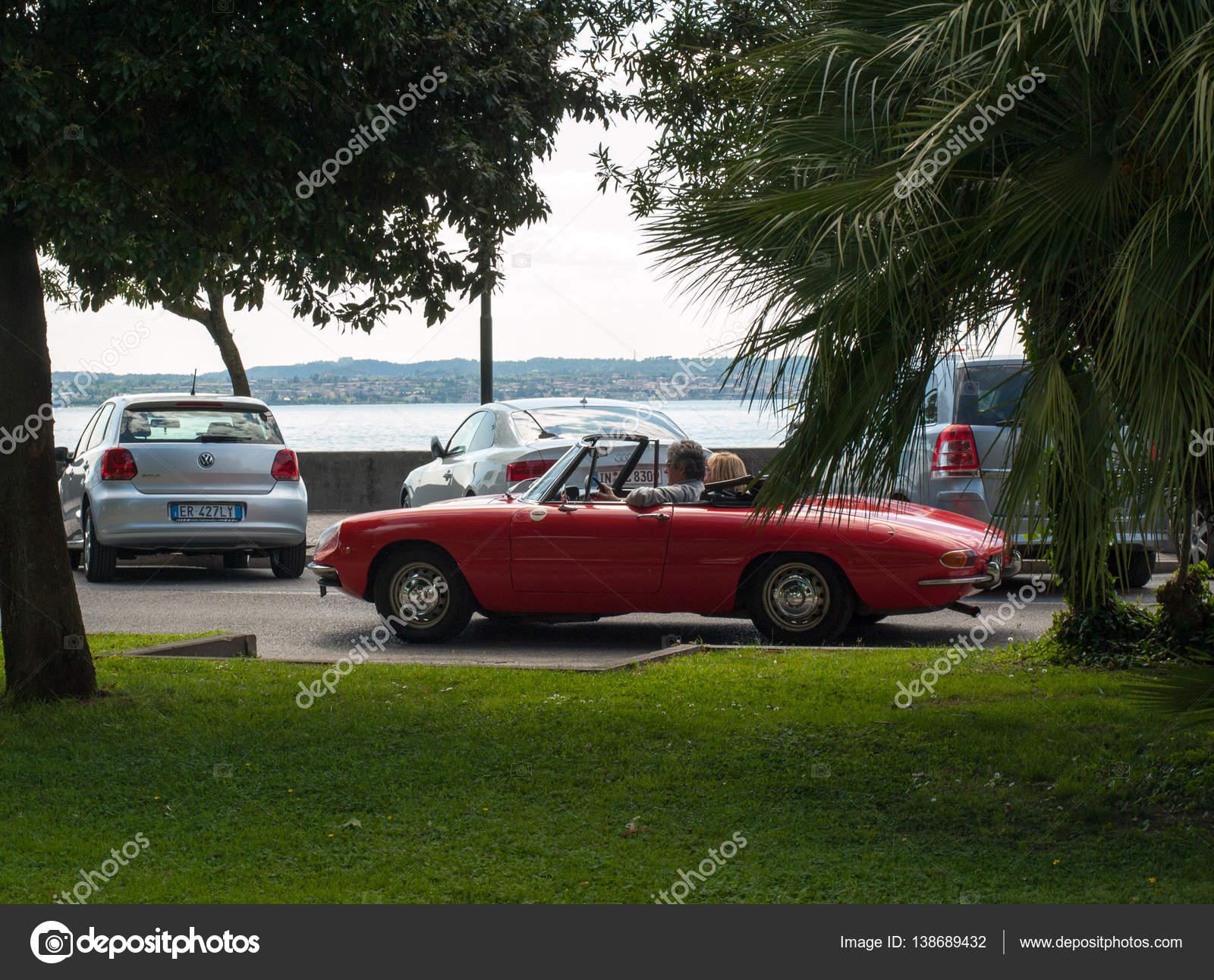 Pár v vintage červen½ kabriolet Alfa Romeo Giulietta Spider v