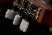 Makro snímek akustických hlav kytaristů používaných pro ladění struny