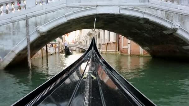 Pohled z gondoly v Benátkách, Itálie