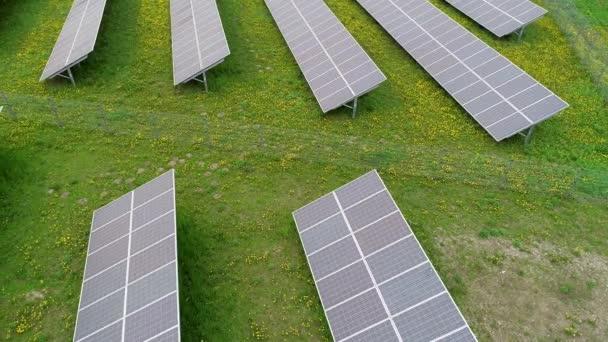 mnoho solárních panelů