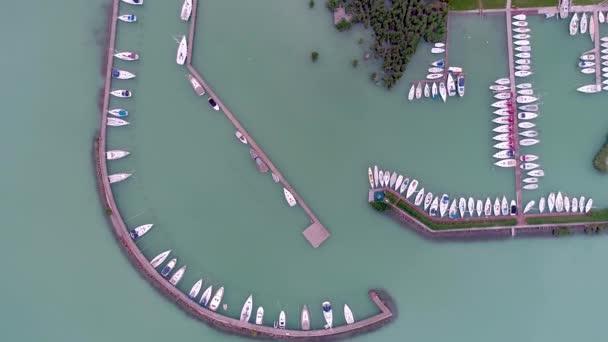 vitorlás hajók a Balatonon, drón tetejére néző