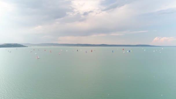 Vitorlás hajók a Balatonon