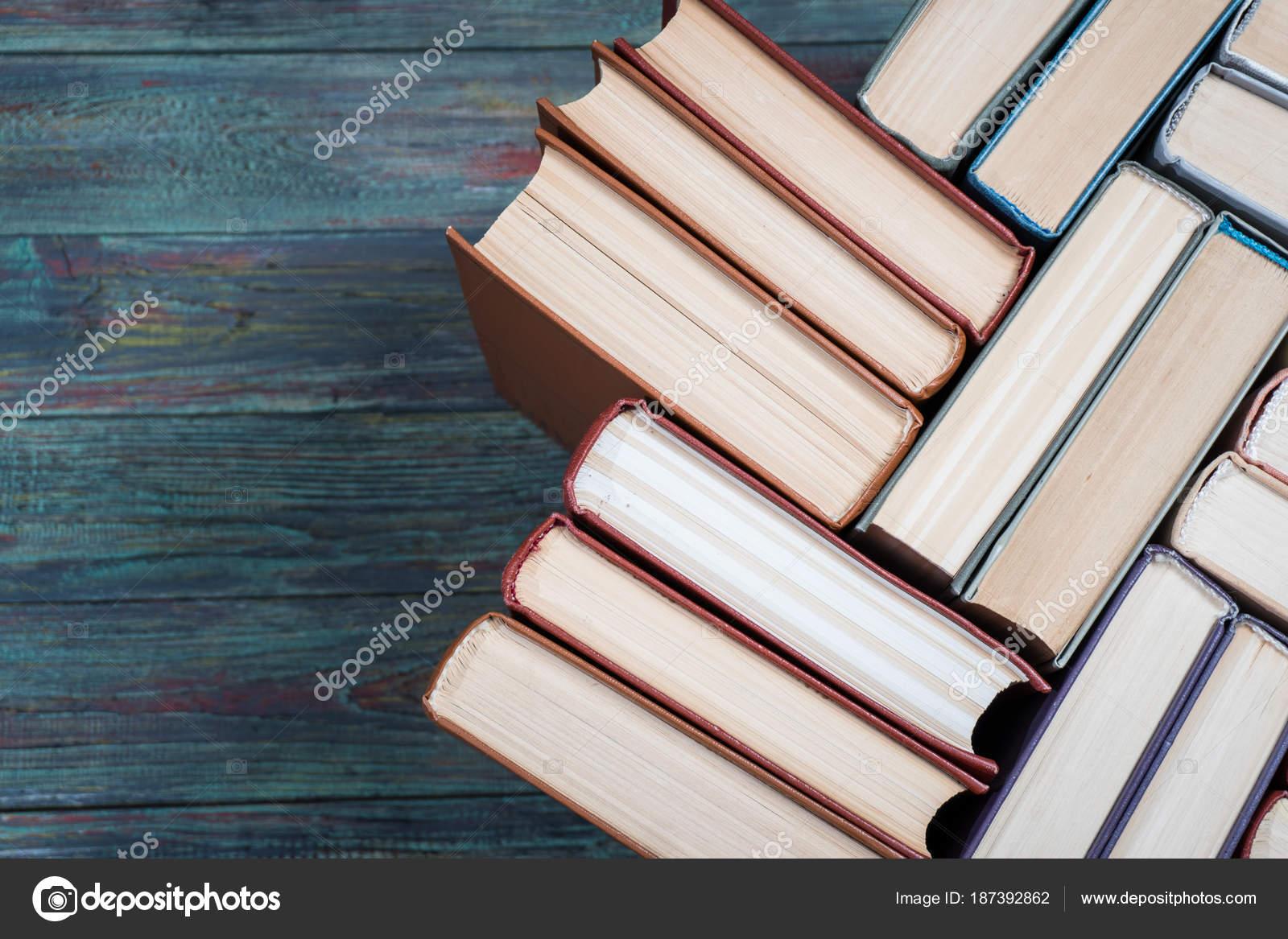 Couverture Cartonnee Livre Sur Une Table En Bois