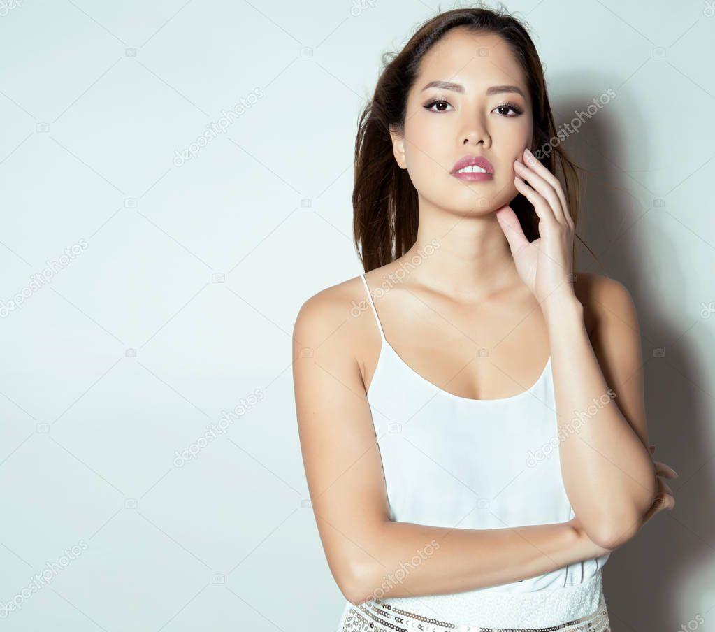 Ein sexy Asian gekonnt posiert für die Kamera
