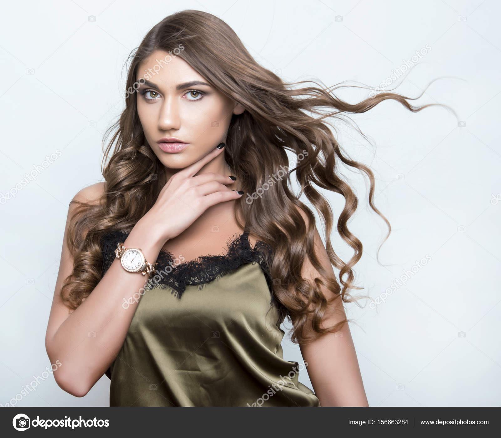 — Femme Avec Montre Jeune Belle Photographie Anetta Bracelet OkX0Pnw8